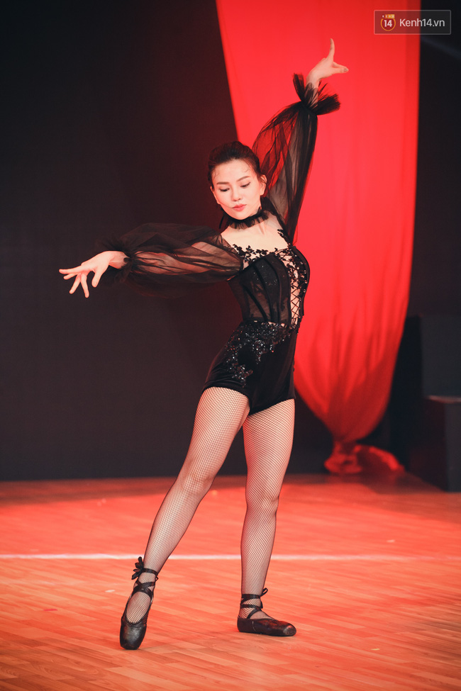 Ngoc Trinh sexy only then, balancing both staging Star Dance Universe!  - Photo 16.