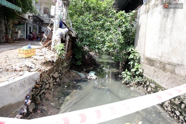 Cận cảnh dòng kênh được nạo vét để giúp sân bay Tân Sơn Nhất thoát ngập - Ảnh 1.