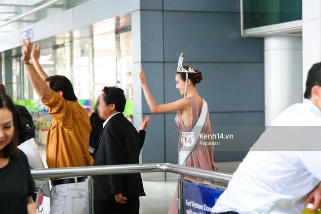 Nữ hoàng sắc đẹp toàn cầu Ngọc Duyên đội vương miện, xúc động bên gia đình trong ngày về nước - Ảnh 13.
