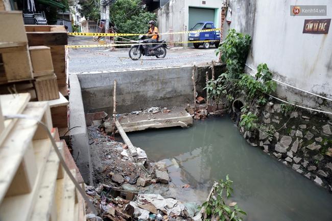 Cận cảnh dòng kênh được nạo vét để giúp sân bay Tân Sơn Nhất thoát ngập - Ảnh 6.