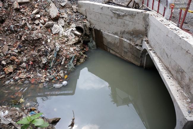 Cận cảnh dòng kênh được nạo vét để giúp sân bay Tân Sơn Nhất thoát ngập - Ảnh 7.