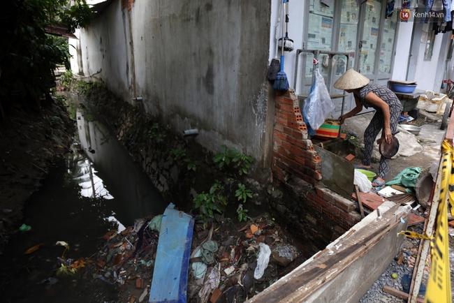 Cận cảnh dòng kênh được nạo vét để giúp sân bay Tân Sơn Nhất thoát ngập - Ảnh 8.
