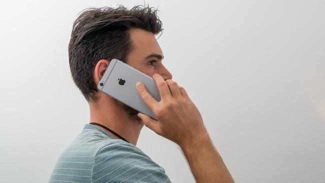 Đây là lý do bạn luôn nên cầm iPhone bằng tay phải khi nghe điện thoại - Ảnh 2.