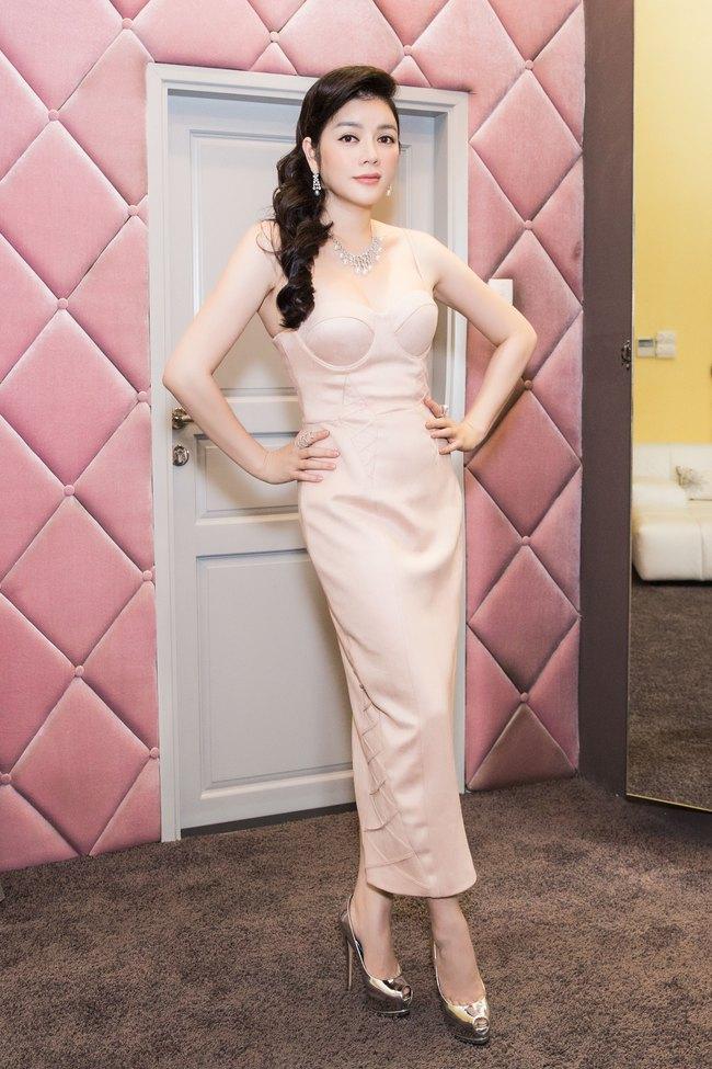 Lý Nhã Kỳ xuất hiện gợi cảm với váy cúp ngực và trang sức kim cương - Ảnh 4.