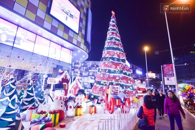 Chùm ảnh: Không khí Giáng Sinh đã ngập tràn khắp các ngõ phố Hà Nội - Ảnh 2.