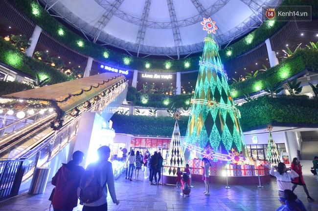 Chùm ảnh: Không khí Giáng Sinh đã ngập tràn khắp các ngõ phố Hà Nội - Ảnh 5.