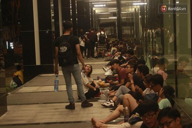 """Giới trẻ Sài Thành """"trắng đêm"""" trước trung tâm thương mại săn giày hiệu 2"""