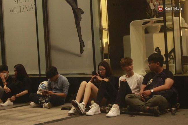 """Giới trẻ Sài Thành """"trắng đêm"""" trước trung tâm thương mại săn giày hiệu 3"""