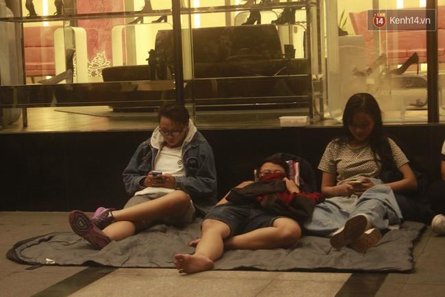 """Giới trẻ Sài Thành """"trắng đêm"""" trước trung tâm thương mại săn giày hiệu 4"""