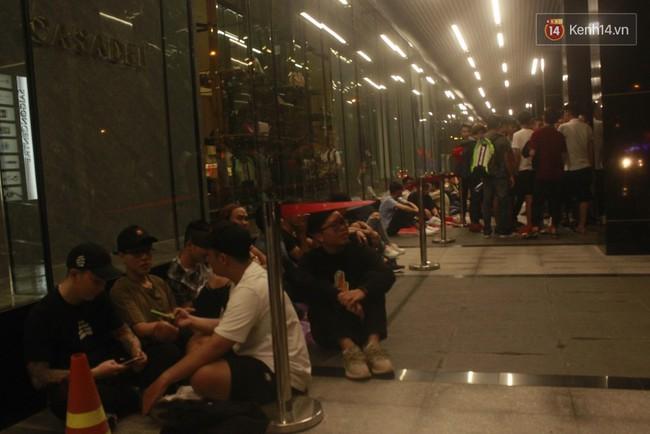 """Giới trẻ Sài Thành """"trắng đêm"""" trước trung tâm thương mại săn giày hiệu 8"""