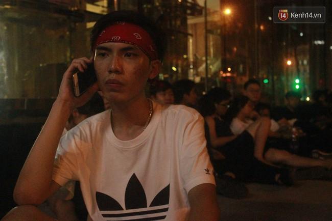 """Giới trẻ Sài Thành """"trắng đêm"""" trước trung tâm thương mại săn giày hiệu 10"""