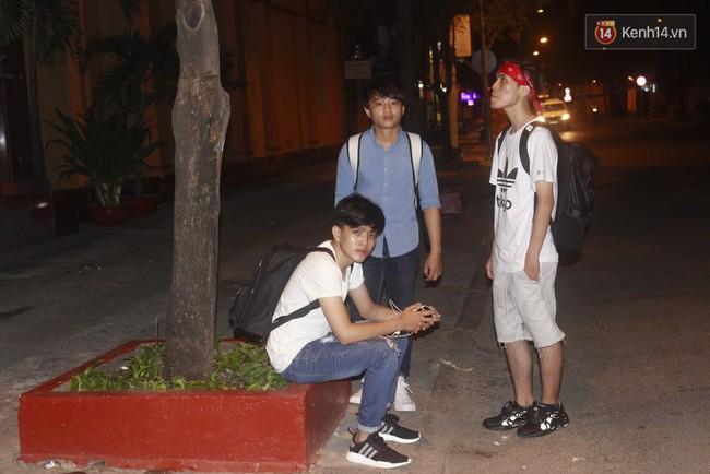 """Giới trẻ Sài Thành """"trắng đêm"""" trước trung tâm thương mại săn giày hiệu 5"""