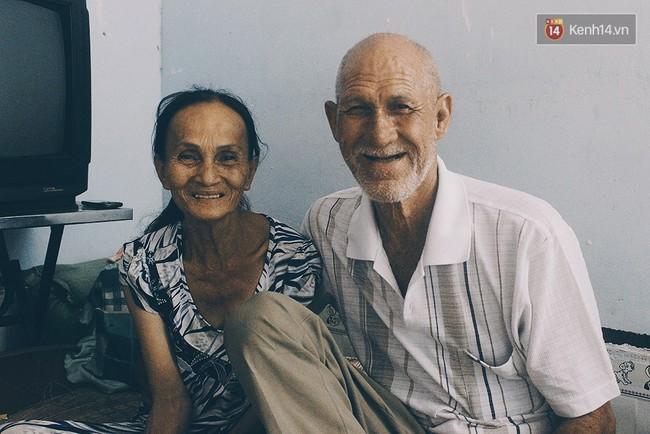 Vợ Việt chồng Tây hơn 20 năm lang thang Sài Gòn, bán vé số nuôi con trai thiểu năng - Ảnh 1.