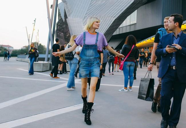 Làm lố là xưa rồi, đường phố Milan và Paris tràn ngập street style đơn giản như... đi chơi thôi - Ảnh 7.