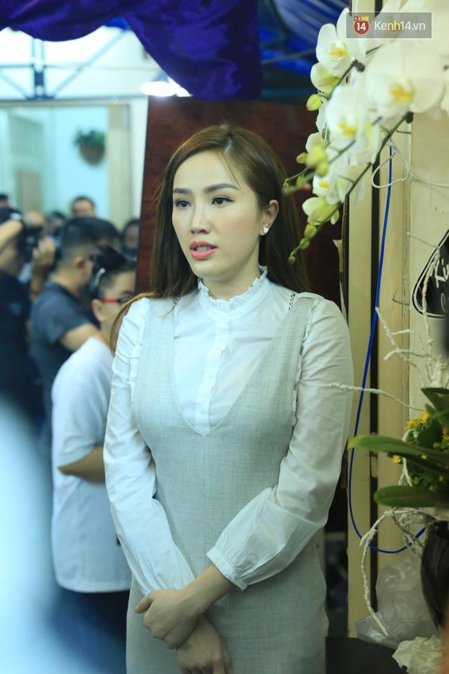 Mặc trời mưa, Noo Phước Thịnh, Minh Hằng cùng dòng người vẫn tới tiễn đưa Minh Thuận - Ảnh 3.