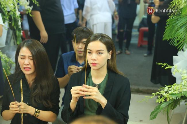 Hà Hồ thất thần, Đông Nhi khóc nức nở khi đến tiễn đưa Minh Thuận vào giữa đêm - Ảnh 2.