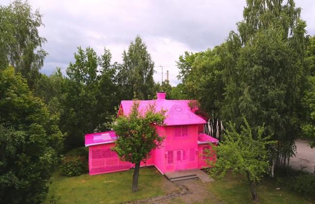 Ngôi nhà cổ chóe nhất thị trấn bỏ hoang vì được mặc áo len màu hường - Ảnh 5.