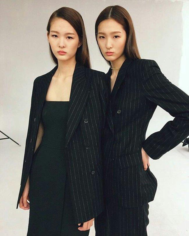Cặp mẫu sinh đôi nhà YG khiến netizen đảo điên vì quá đẹp! - Ảnh 1.