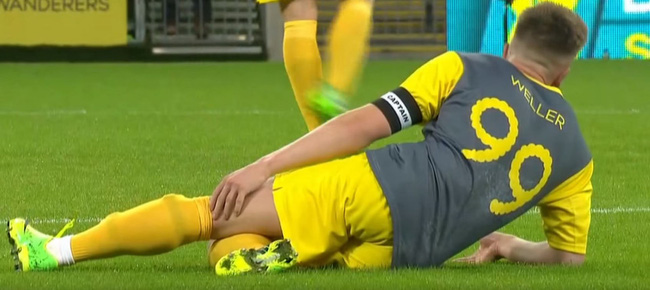 Weller tiếp tục bị chửi dù phải nằm sân sau cú đánh nguội của Carragher.