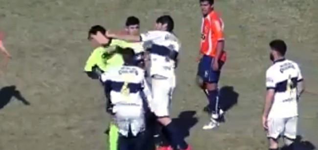 Trọng tài bị đánh đến nhập viện vì dám rút thẻ đỏ - Ảnh 2.