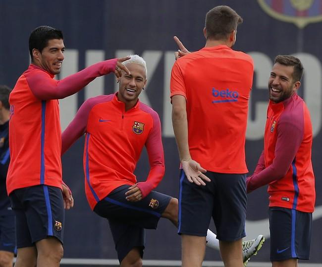 Neymar chơi lầy, bôi kẹo cao su nhai dở vào tay Suarez - Ảnh 5.
