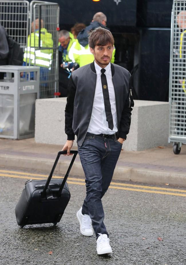 Dàn sao Man City tới sân bay với set đồ hiệu trị giá hơn 120 triệu