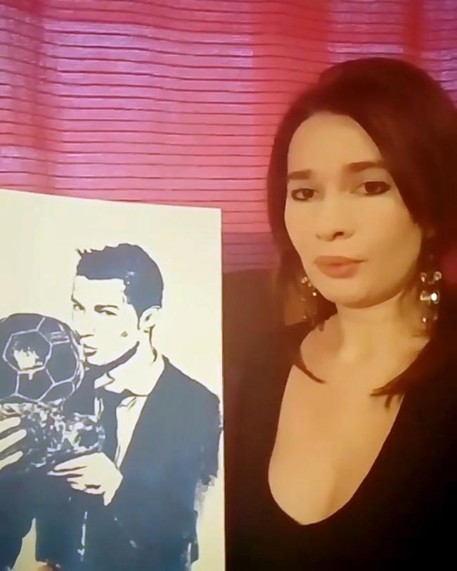 Nữ họa sĩ Irina vẽ Ronaldo bằng đôi gò bồng đảo - Ảnh 2.