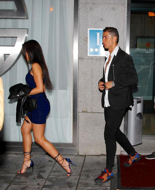 Ronaldo hôn say đắm bạn gái mới khi đi ăn tối - Ảnh 1.