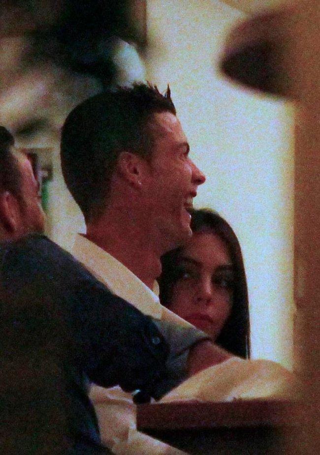 Ronaldo hôn say đắm bạn gái mới khi đi ăn tối - Ảnh 3.