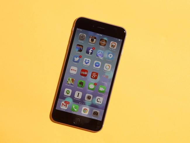 Đây là lý do bạn luôn nên cầm iPhone bằng tay phải khi nghe điện thoại - Ảnh 1.
