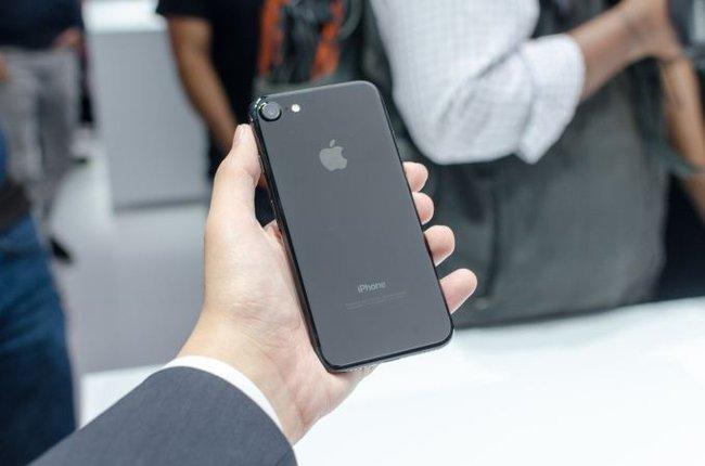 Vì sao Apple ra mắt iPhone 7 và 7 Plus đen bóng? - Ảnh 1.