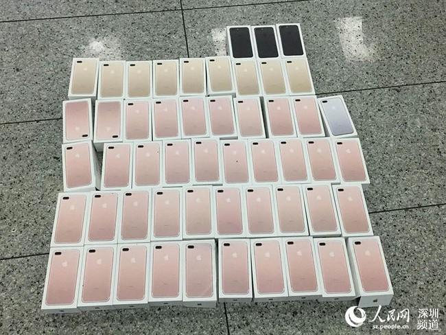 Vừa ra mắt ít lâu, cảnh sát Thẩm Quyến đã bắt được 400 chiếc iPhone7 nhét đầy trong người các thanh niên buôn lậu - Ảnh 2.