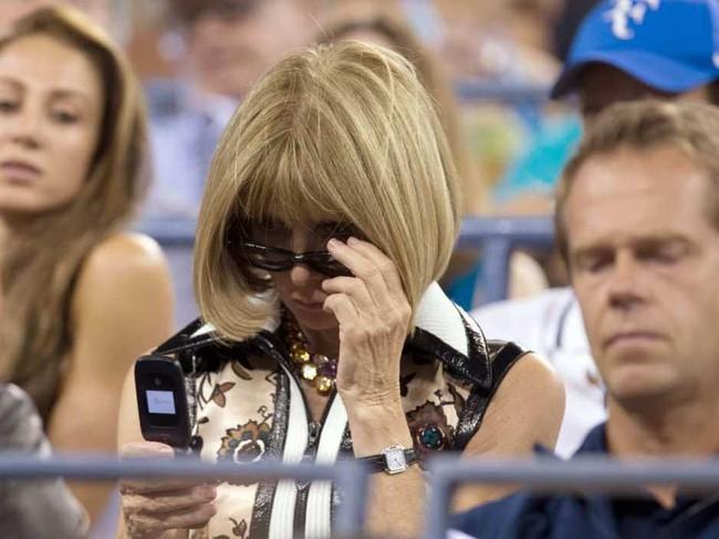 Khi thế giới phát cuồng vì iPhone 7, những người nổi tiếng này chỉ trung thành với điện thoại nắp gập - Ảnh 1.