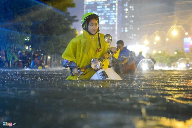 Những hình ảnh khó quên với người Sài Gòn trong trận mưa lịch sử ngày 26/9 - Ảnh 10.