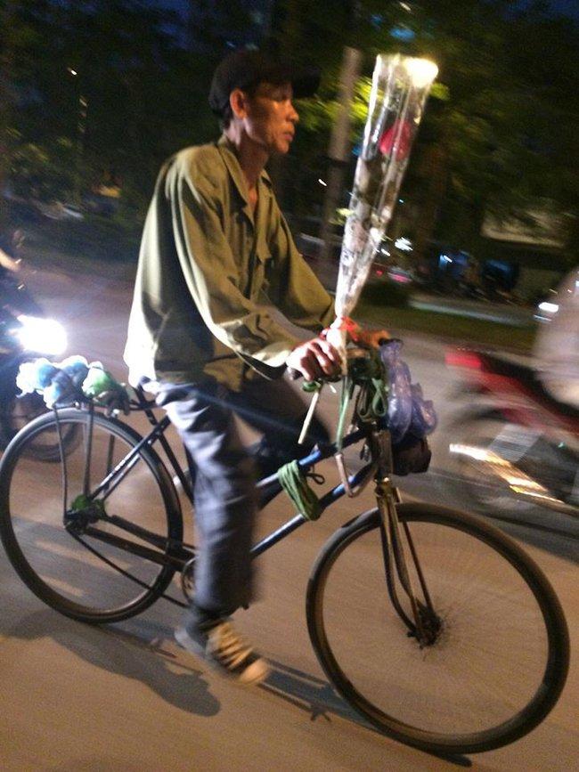 Khoảnh khắc đẹp trước đêm 20/10: Người đàn ông đi xe đạp mua bông hồng về tặng vợ - Ảnh 1.