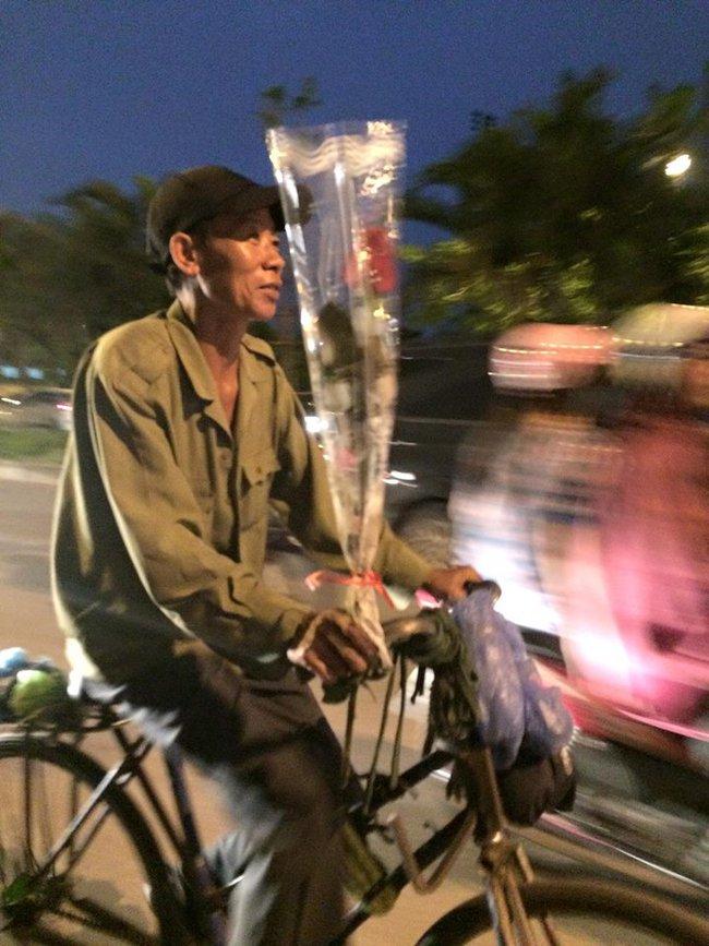 Khoảnh khắc đẹp trước đêm 20/10: Người đàn ông đi xe đạp mua bông hồng về tặng vợ - Ảnh 2.
