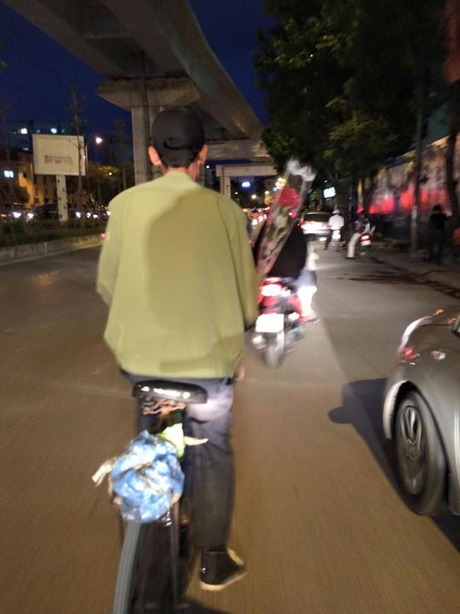Khoảnh khắc đẹp trước đêm 20/10: Người đàn ông đi xe đạp mua bông hồng về tặng vợ - Ảnh 3.