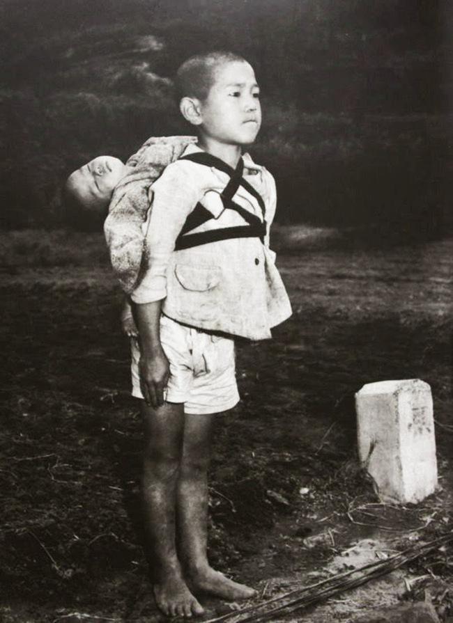 Câu chuyện ngôi mộ đom đóm ngoài đời thực qua bức ảnh hai đứa trẻ Nhật Bản - ảnh 1