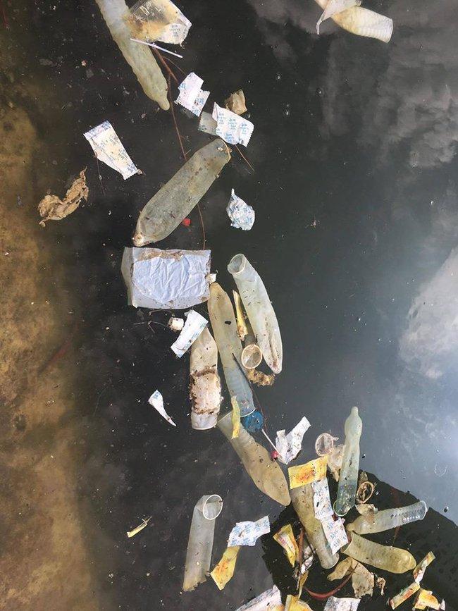 Hà Nội: Bao cao su nổi kín mặt hồ Linh Đàm - Ảnh 4.