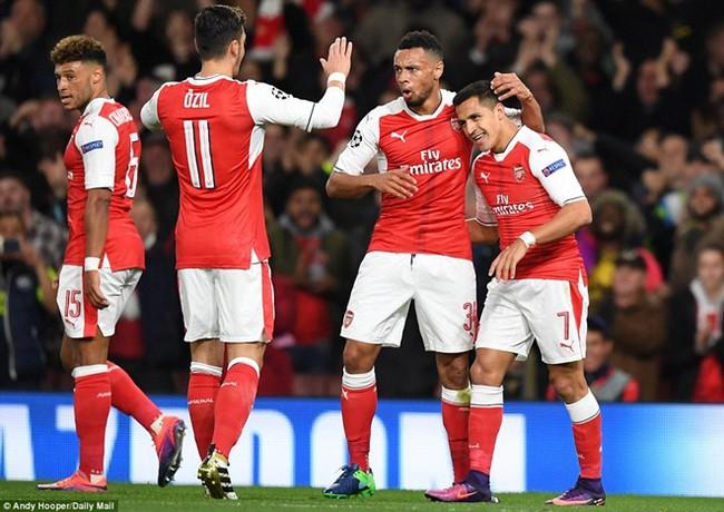 Oezil lập hat-trick, Arsenal lên ngôi đầu ở Champions League - ảnh 4