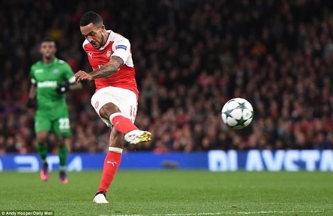 Oezil lập hat-trick, Arsenal lên ngôi đầu ở Champions League - ảnh 5