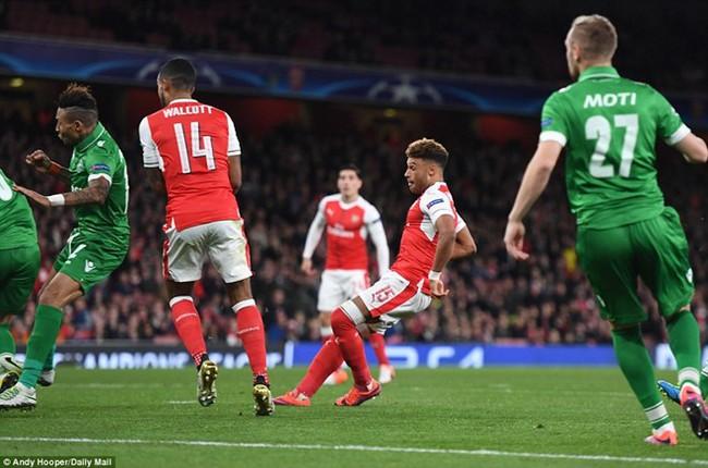 Oezil lập hat-trick, Arsenal lên ngôi đầu ở Champions League - ảnh 6