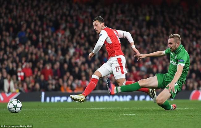 Oezil lập hat-trick, Arsenal lên ngôi đầu ở Champions League - ảnh 7