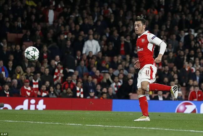 Oezil lập hat-trick, Arsenal lên ngôi đầu ở Champions League - ảnh 8