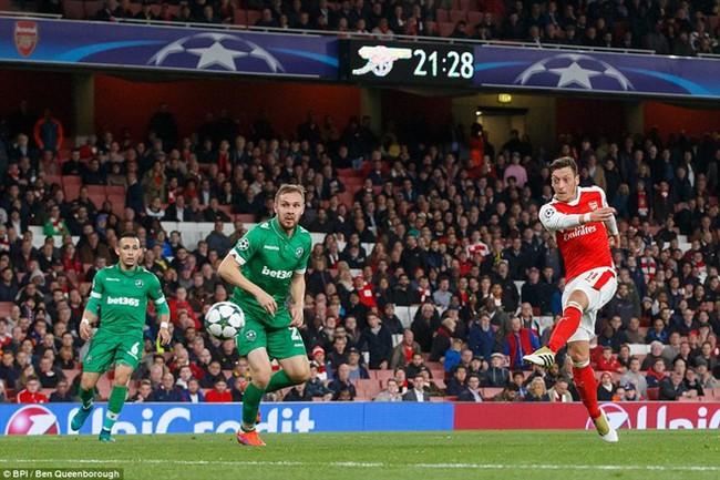 Oezil lập hat-trick, Arsenal lên ngôi đầu ở Champions League - ảnh 9
