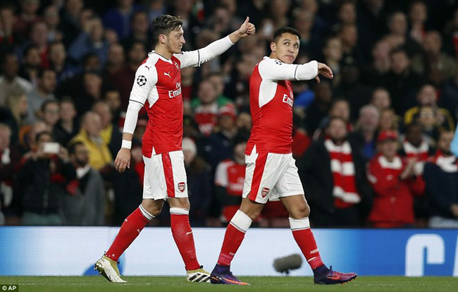Oezil lập hat-trick, Arsenal lên ngôi đầu ở Champions League - ảnh 10