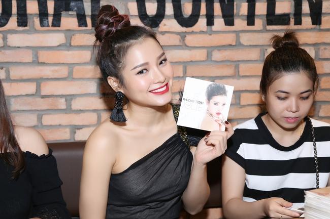 Hoàng Tôn đệm đàn cho Phương Trinh Jolie hát nhân ngày ra mắt MV mới