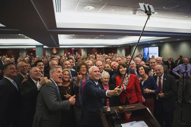 Những bức ảnh selfie nổi tiếng nhất năm 2016 - Ảnh 21.