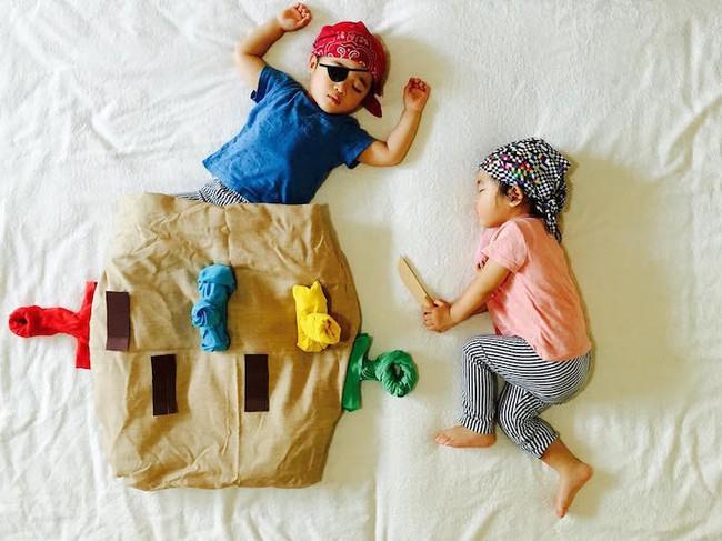 Dù đã ngủ say, cặp sinh đôi này vẫn được mẹ hóa trang cho xinh đừng hỏi  - Ảnh 2.