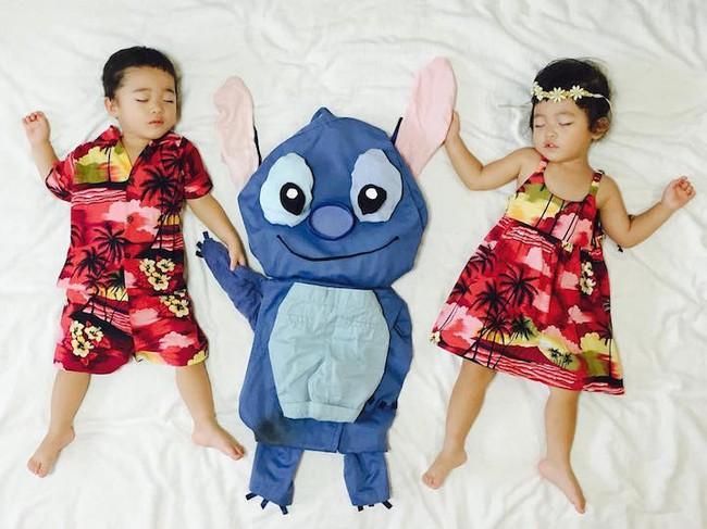 Dù đã ngủ say, cặp sinh đôi này vẫn được mẹ hóa trang cho xinh đừng hỏi  - Ảnh 3.